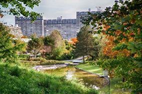 Wohnungsbau der Nachkriegsmoderne: Gartenanlage innerhalb des Olympischen Dorfes in München (© K. Vogt)